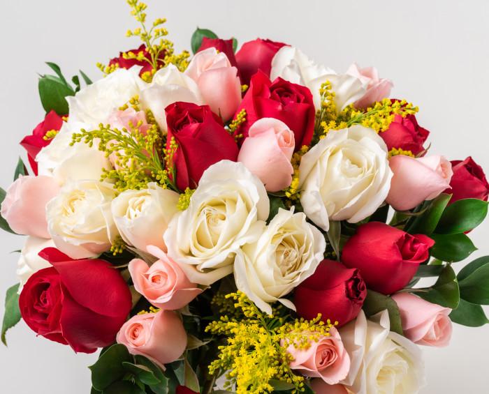 Buquê com 36 Rosas de Três Cores