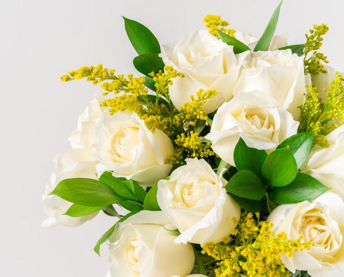 Buquê de 15 Rosas Brancas e Folhagem