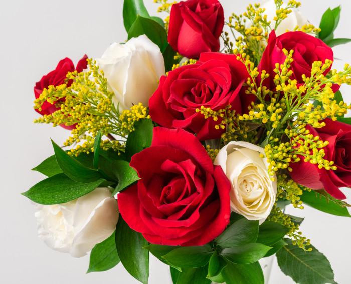 Buquê com 10 Rosas Brancas e Vermelhas
