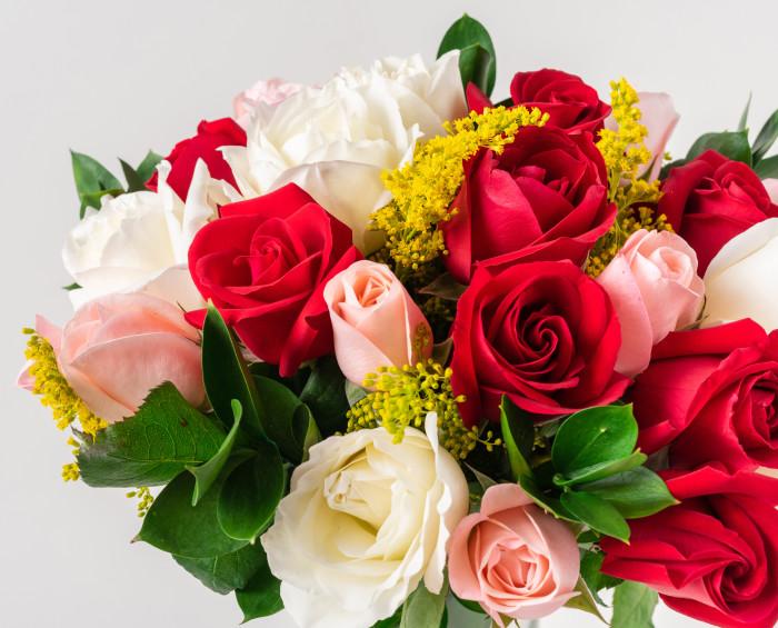 Buquê com 24 Rosas de Três Cores