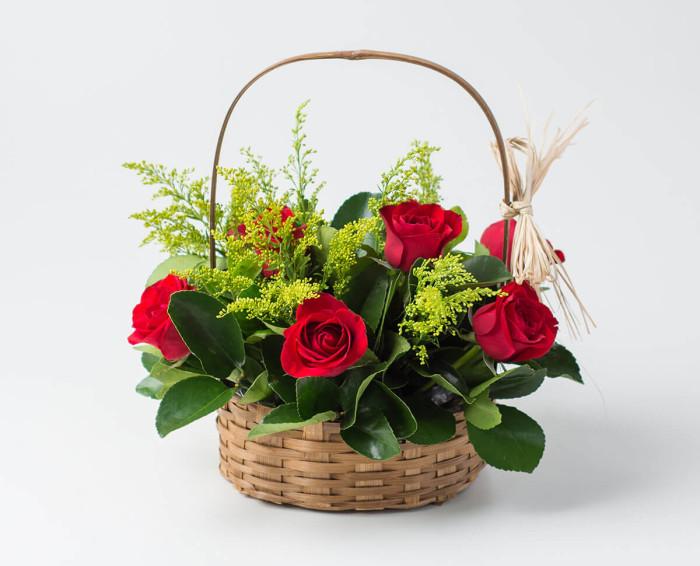 Cesta com 9 Rosas Vermelhas e Folhagem