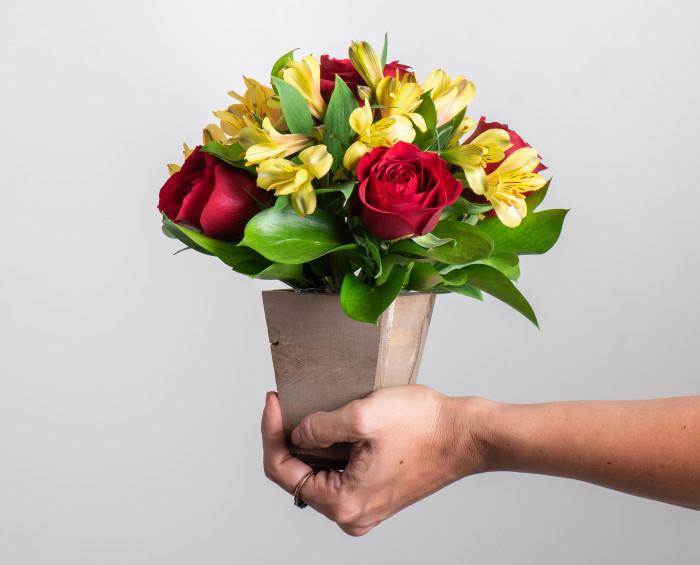 Arranjo Pequeno de Rosas Vermelhas e Astromélias