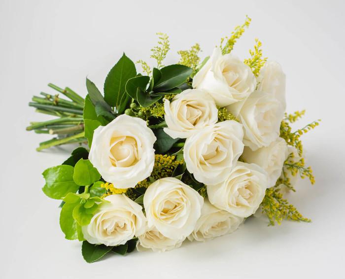 Buquê de 15 Rosas Brancas e Espumante