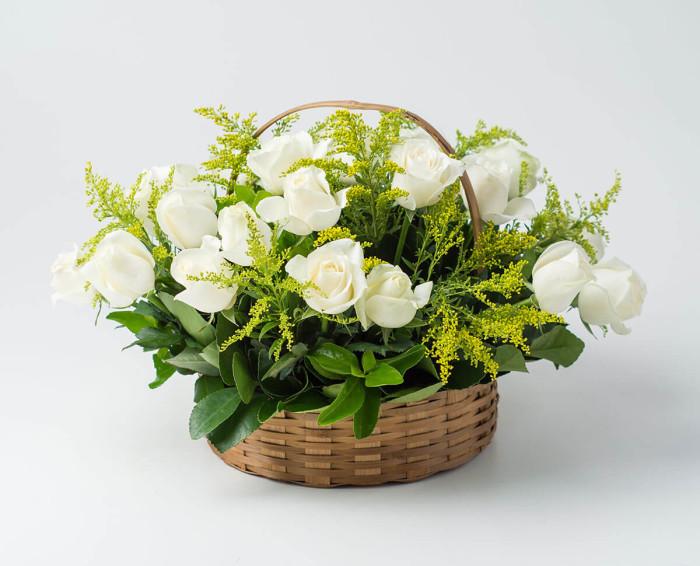 Cesta com 24 Rosas Brancas e Espumante