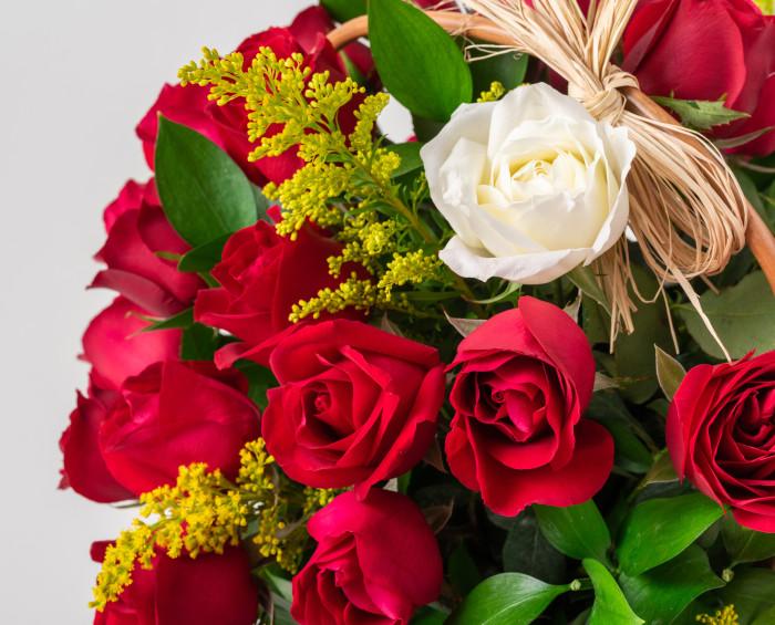 Cesta com 39 Rosas Vermelhas e 1 Rosa Solitária de Outra Cor e Chocolates