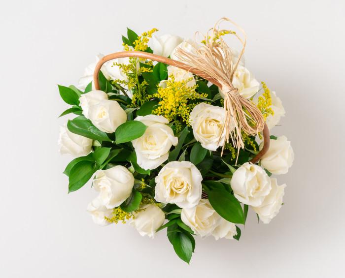 Cesta com 24 Rosas Brancas e Chocolates