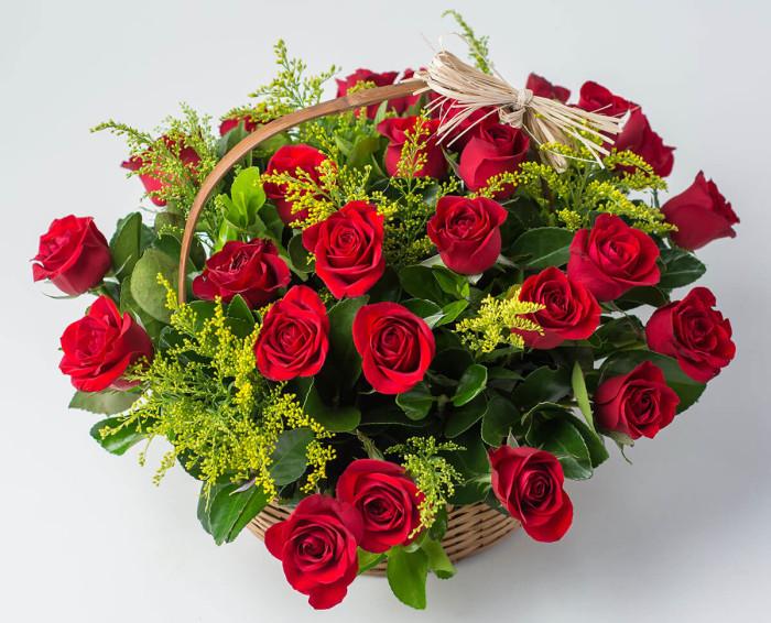 Cesta com 28 Rosas Vermelhas
