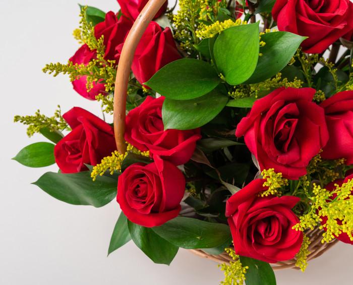 Cesta com 24 Rosas Vermelhas e Chocolate