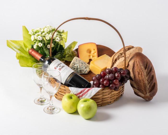 Cesta de Frutas, Queijos, Pães, Vinho e Flores