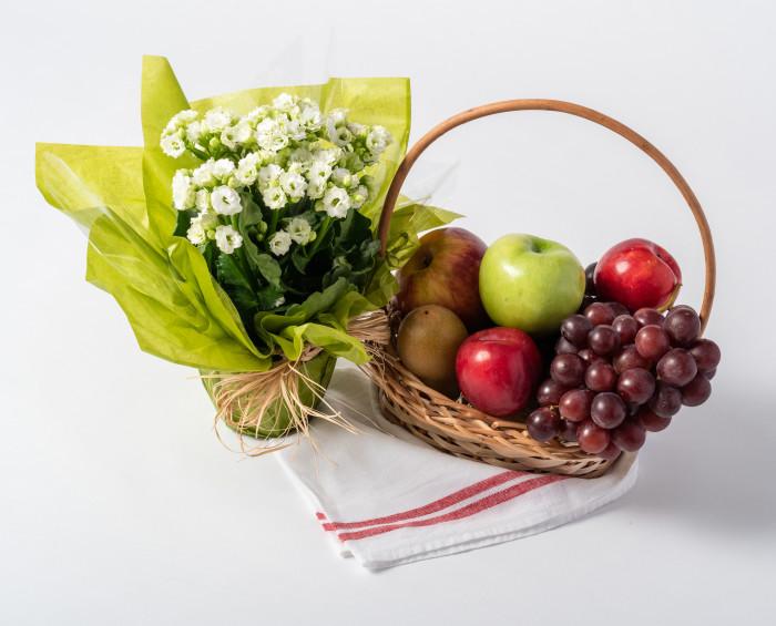 Cesta Pequena de Frutas e Flores