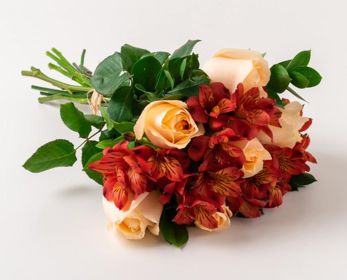Buquê de Rosas e Astromélias em Tons Rosados