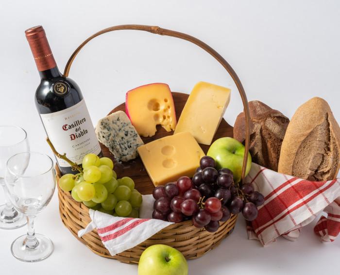 Cesta Grande de Queijos, Fruta, Pães e Vinho Tinto