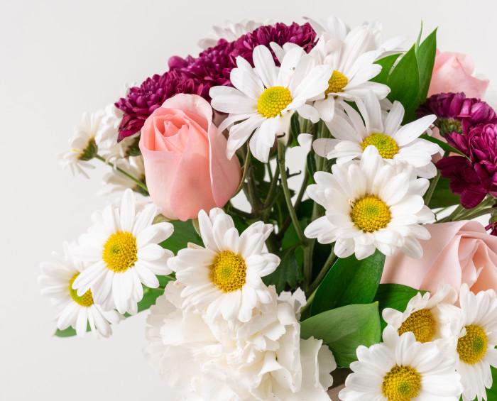 Cesta de Margaridas, Cravos e Rosas em Tons Rosados