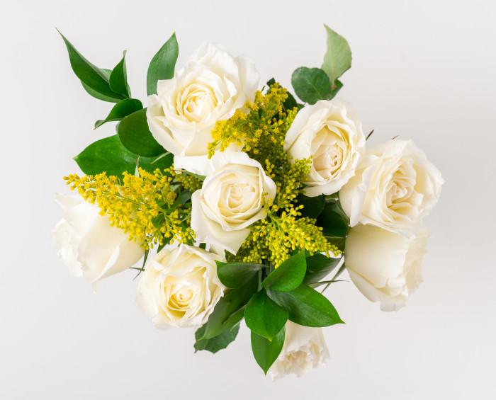 Buquê de 8 Rosas Brancas, Chocolate e Pelúcia