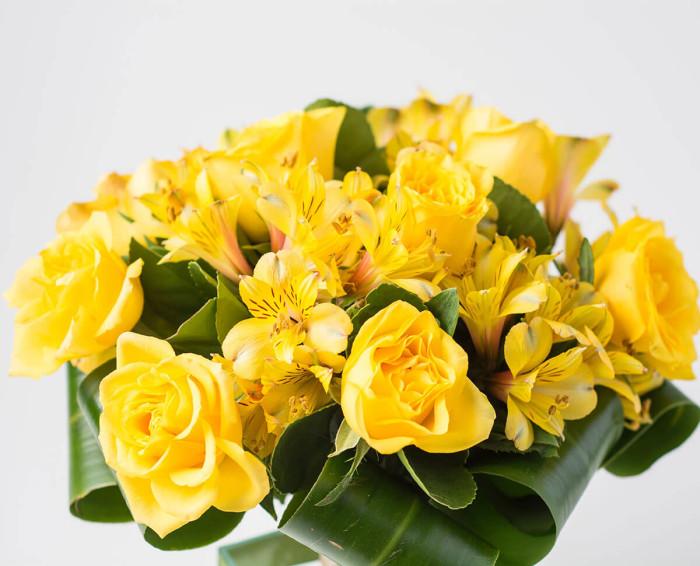 Ramalhete de Rosas e Astromélias Amarelas
