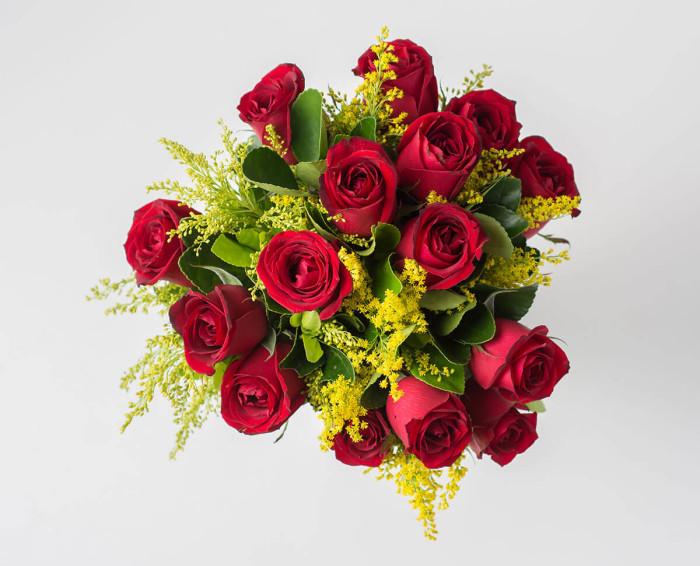 Buquê Especial de 15 Rosas Vermelhas e Folhagens